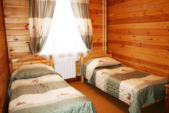 4-местный номер гостиницы у склона 'Горнолыжного клуба Леонида Тягачева', Подмосковье.
